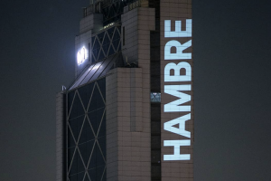 the word hambre projected onto a high rise building