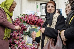 Nasrin Sotoudeh places flower on image of Nelson Mandela