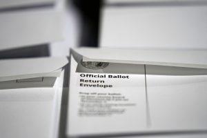 pilas de sobres de devolución de papeletas